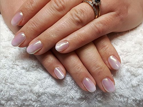 Vernis semi-permanent baby boomer sur ongles naturels.